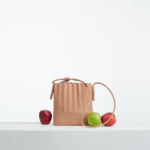 aPaddy (Pitcher) | Bucket bag in Dusty Violet