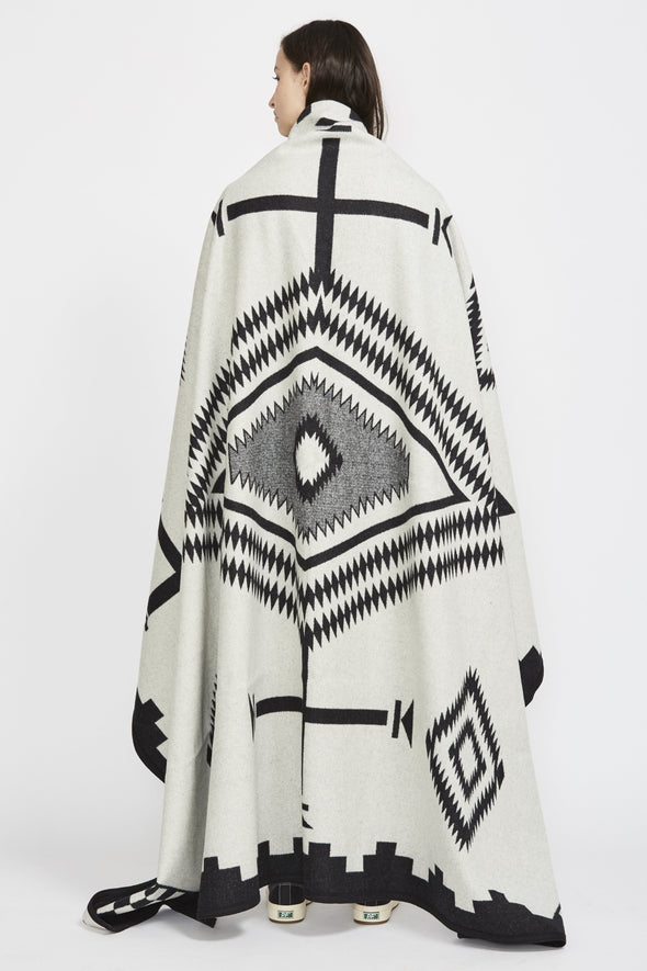 PENDLETON Los Ojos Unnapped Jacquard Blanket . Black/White Robe - Maplestore