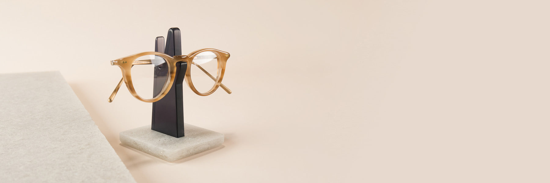 A minimal eyeglass holder