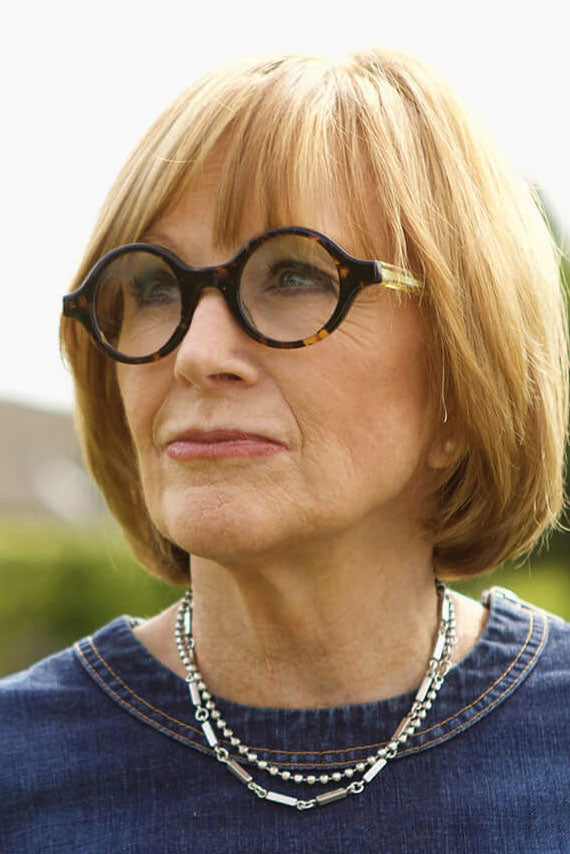 Anne Robinson wearing very thick round tortoise glasses