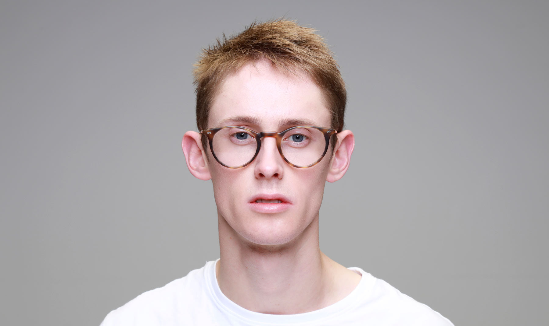 Man-Wearing-Round-Tortoise-shell-Glasses-Frame