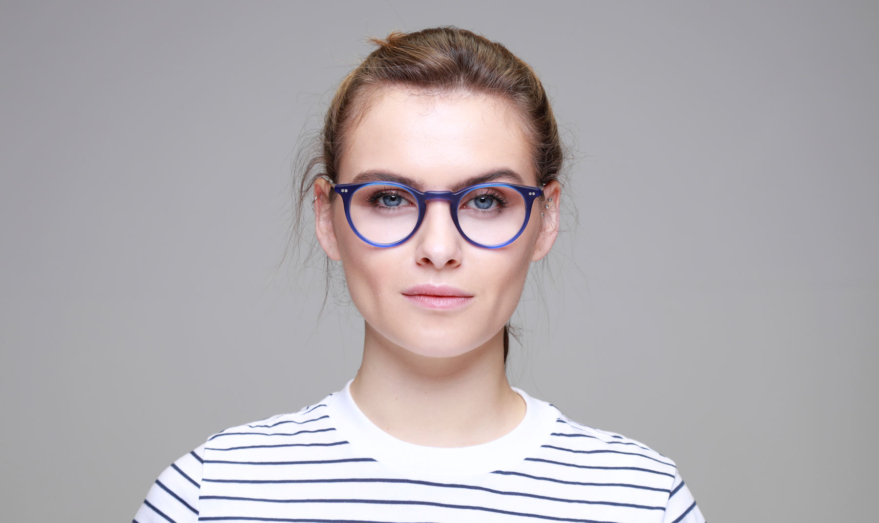 Woman-wearing-Round-Blue-Glasses-Frame