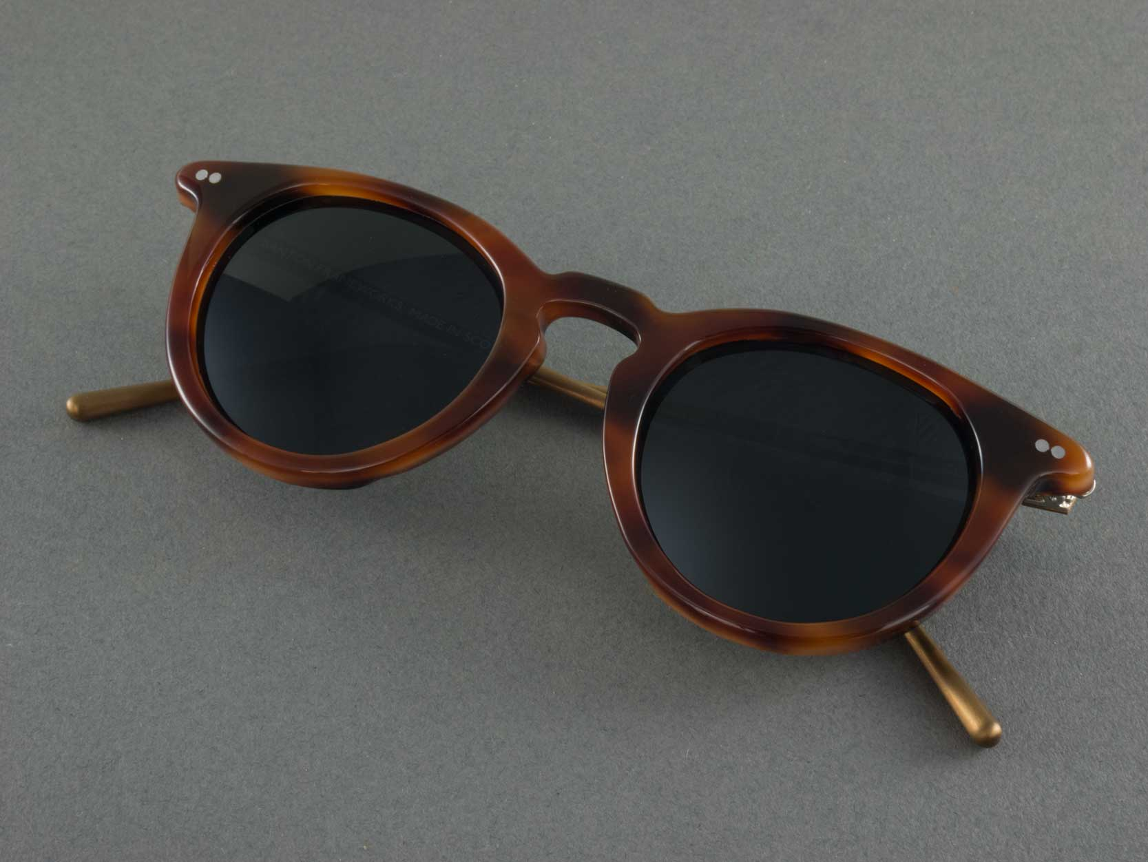 Round polarised sunglasses frame folded