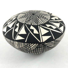 Load image into Gallery viewer, Acoma Seed Pot<br>By B. Suina