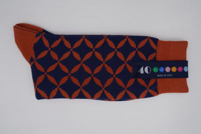 Bild von Socken 'Orange Graphics on Dark Blue' von '40 Colori' aus 80% Baumwolle, 12% Nylon, 8% Elastan
