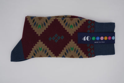Bild von Socken 'Native Patterns on Dark Red' von '40 Colori' aus 80% Baumwolle, 12% Nylon, 8% Elastan