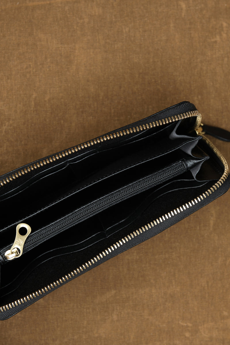 il bisonte Cowhide Zip Around Wallet in Nero