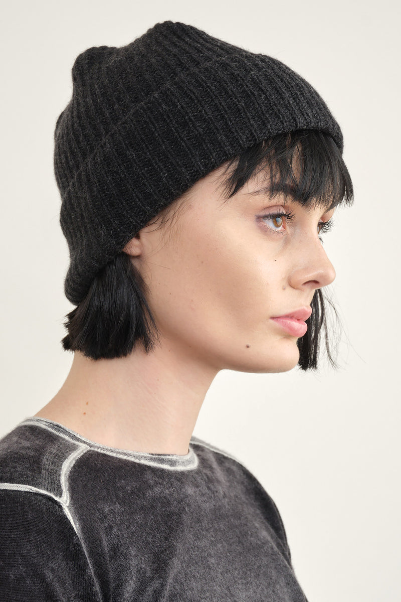 Mature Ha. pleats knit cap in charcoal