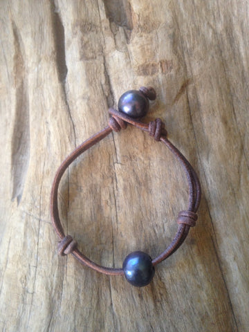 Single Black Peacock Pearl and Leather Bracelet