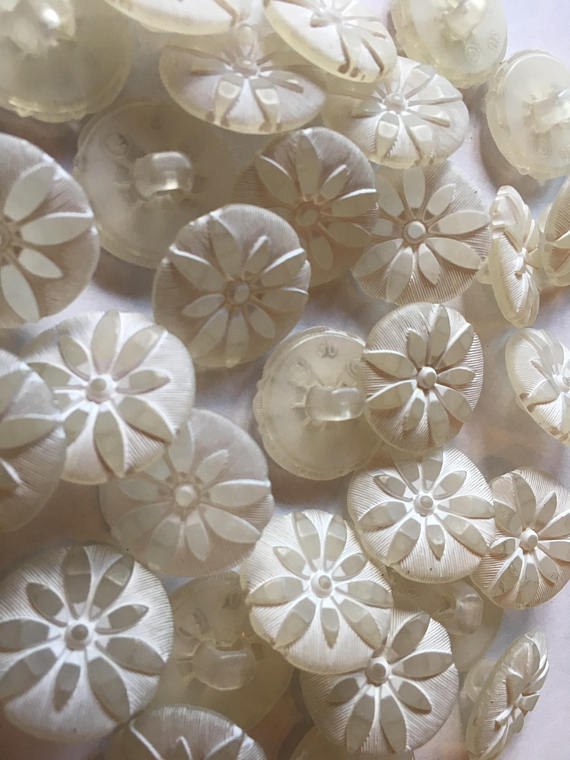 Medium Ivory daisy sewing buttons 19 mm 3/4 inch sewing buttons, 6 vintage, plastic buttons, with frosted coloring