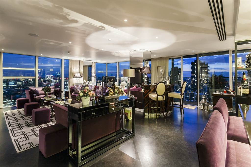 Spacious Two-Bedroom Apartment with Panoramic views, The Heron London