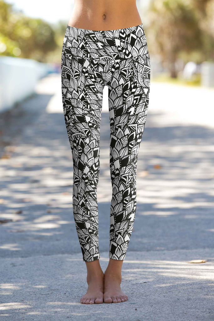 Perfectionista Lucy White Black Geometric Leggings Yoga Pants - Women