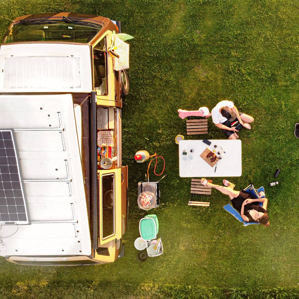Birds eye view of camping set-up Volver a lo simple