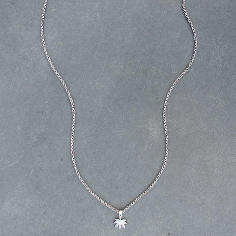 Puff and Pass Leaf Necklace (Silver)