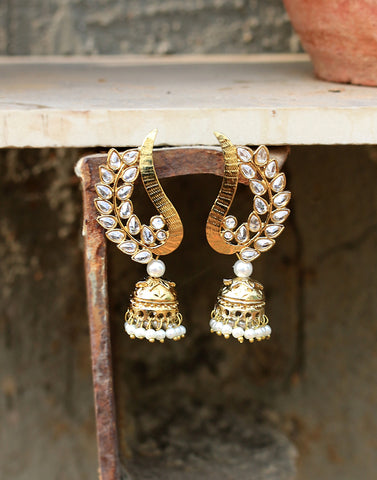 Meena Bazaar: Kundan Jhumki Earrings In Golden Finish