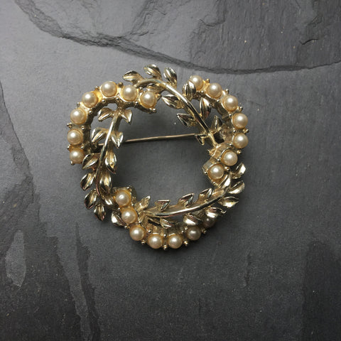 Vintage 1950's floral wreath brooch by Jewelcraft.