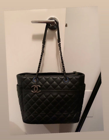Q Chanel tote bag