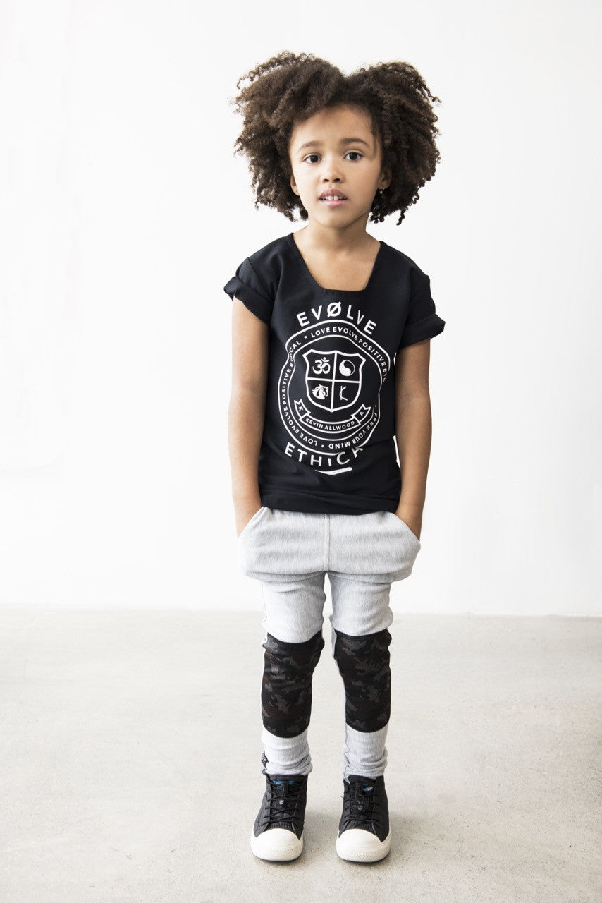 CHILD TOP WITH EVOLVE ETHICAL CREST AND MESH DETAIL