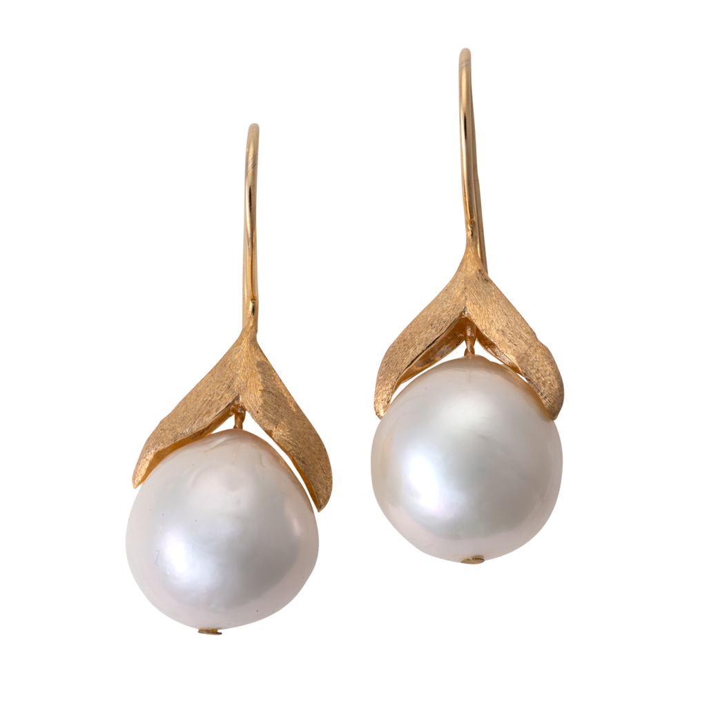Hanging pearl earring on gold v-setting