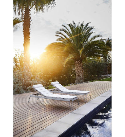 lifestyle, Cane-line Breeze Outdoor Chaise Sunbed in Light Grey All Weather Weave with Light Grey Cushion 5569L YSN96I
