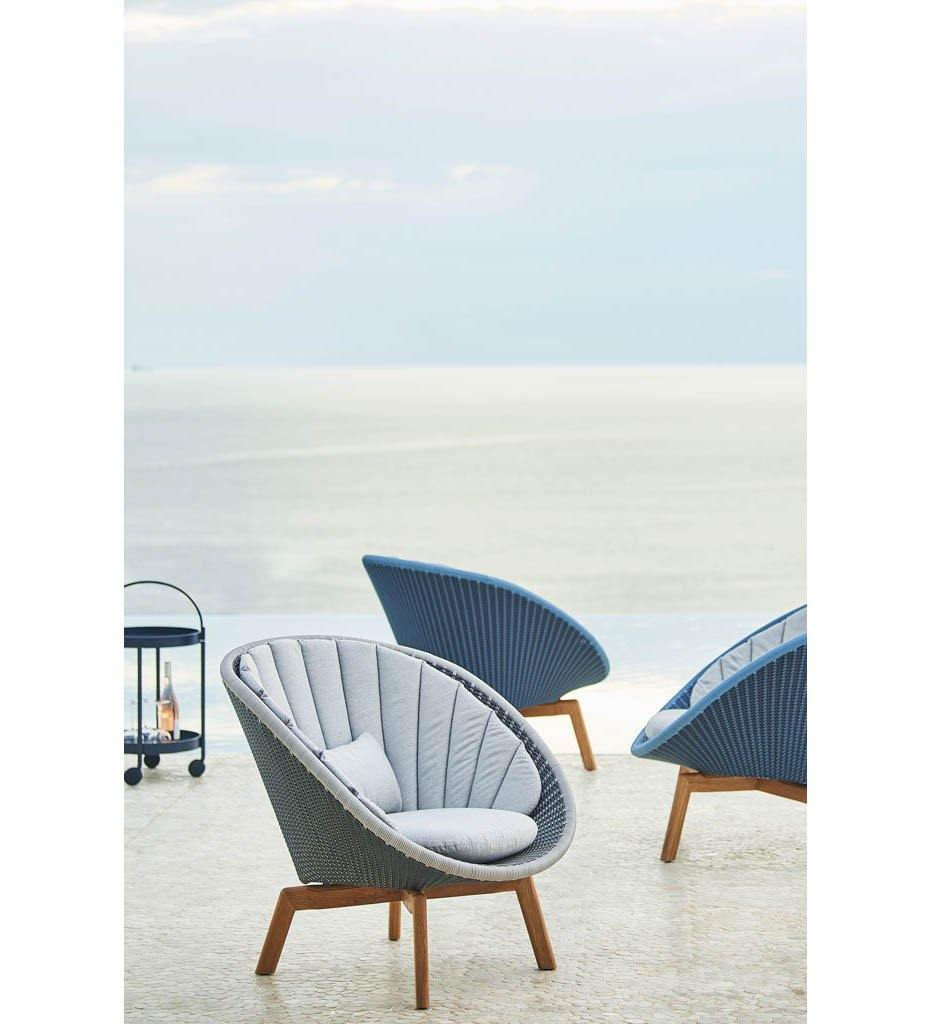 Cane-line Peacock Midnight/Dusty Blue All Weather Rattan and Teak Outdoor Lounge Chair with Teak Legs 5459BCT with Grey Cushions YSN95