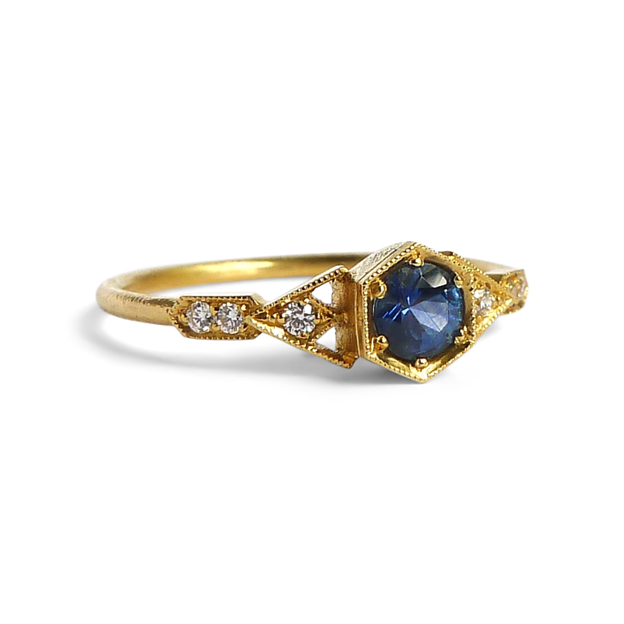 Abris Vestra Ring with Blue Sapphire