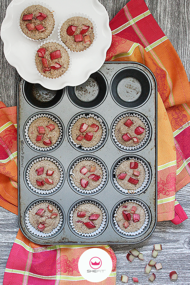 Pre-Workout Snack: Clean Eating Recipe | Try these Great Kid-Friendly Sugar-Free Berry Rhubarb Muffins as your next go-to snack. They are the perfect choice for a quick breakfast or snack as they are low in calories and sugar-free! These muffins are moist & full of flavor, even without all that sugar. Did you also know that rhubarb is great for weight loss? Learn 10 things about why rhubarb is amazing for your health. | Easy Gluten Free Raspberry Rhubarb Oatmeal Muffin With Cinnamon Recipes