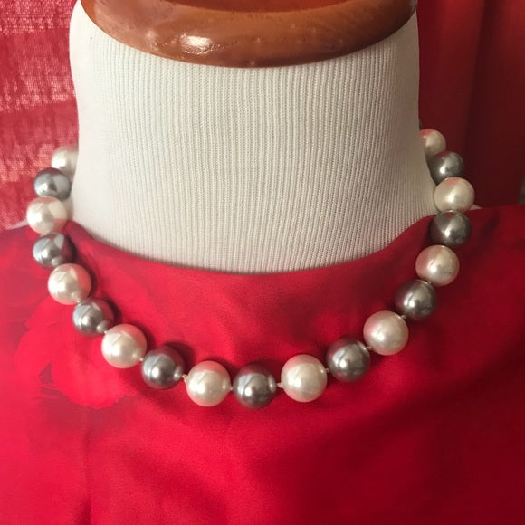 Mother of pearl round cream and grey necklace