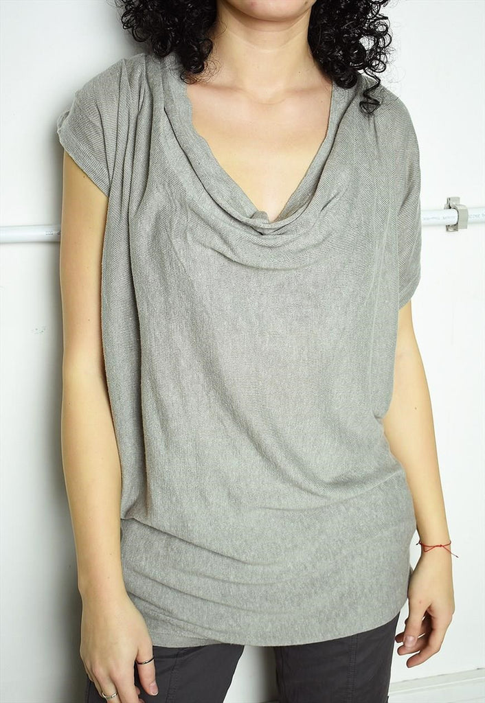 Minimalist knitted top in grey