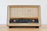 "Radio Bluetooth ""RADIOLA RA568A"" des années 1958 restaurée à la main par Charlestine photo vu de face."