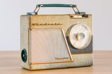 "Radio Bluetooth ""Radiola Superstor"" des années 1957 restaurée à la main par Charlestine photo de face."