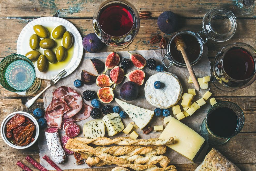YOUR FOOL-PROOF GUIDE TO PAIRING WINE AND CHEESE