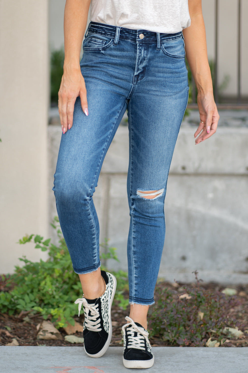 "VERVET by Flying Monkey Jeans Collection: Fall 2020 Name: Half Moon Skinny, 27"" Inseam Rise: Mid Rise, 9"" Front Rise 90.5% COTTON, 7.5% POLYESTER, 2% SPANDEX Machine Wash Separately In Cold Water Stitching: Classic Fly: Zipper Style #: VT1182 Contact us for any additional measurements or sizing.  Chloe is 5'8"" and 130 pounds. She wears a size 3 in jeans, a small top and 8.5 in shoes. She wearing a size 26/3 in these jeans."