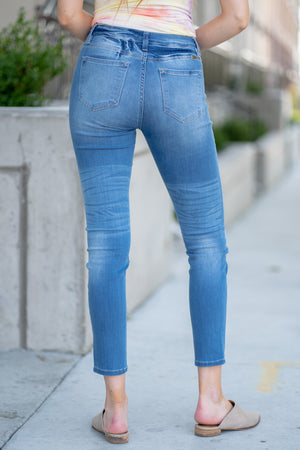 "Kan Can Jeans Collection: Summer 2020 Color: Medium Wash Cut: Super Skinny, 29.5"" Inseam  Rise: Mid Rise, 8.5"" Front Rise 68.9% COTTON 7% RAYON 22.9%POLYESTER 1.2% SPANDEX Stitching: Classic Fly: Zipper Style #: KC7209M Contact us for any additional measurements or sizing.  Mckenna is 5'10"" and 122 pounds. She wears a size small top, a 3 in jeans and a size 8.5 in shoes. She is wearing a size 25 in the jeans."