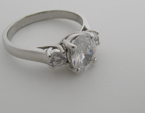 TIMELESS OVAL AND ROUND SHAPE THREE STONE ENGAGEMENT RING SETTING