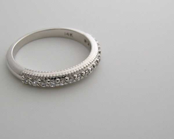 FEMININE NARROW DIAMOND WEDDING BAND RING