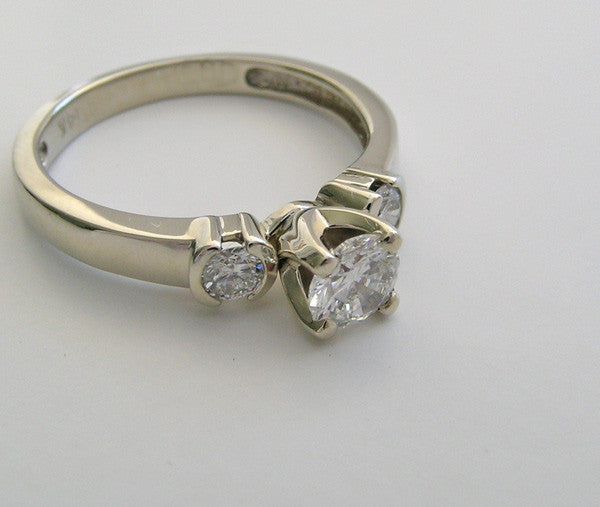 PRETTY THREE STONE DIAMOND ENGAGEMENT RING