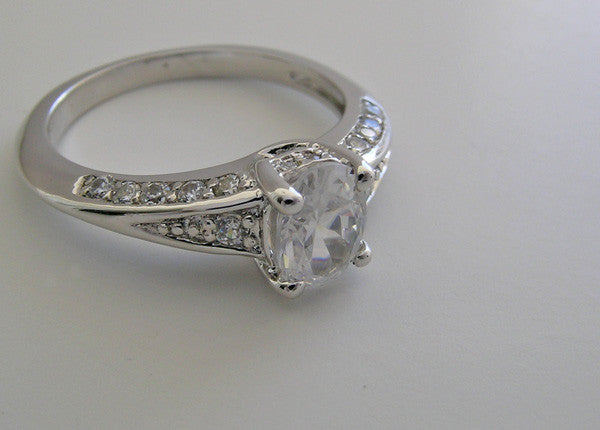 PRETTY OVAL SHAPE ENGAGEMENT RING SETTING WITH DIAMOND ACCENT