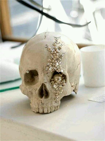 Scull with jewellery