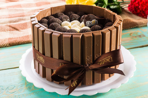 kitkat and chocolate balls cake