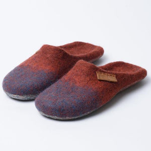 Closed toe slippers made from cinnamon and cinnamon-turquoise wool blend