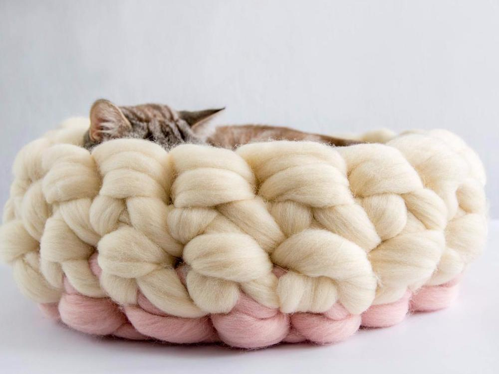 CHUNKY Ivory/Pink hand knitted kitty bed - basket made from natural wool. round shape, cozy & soft
