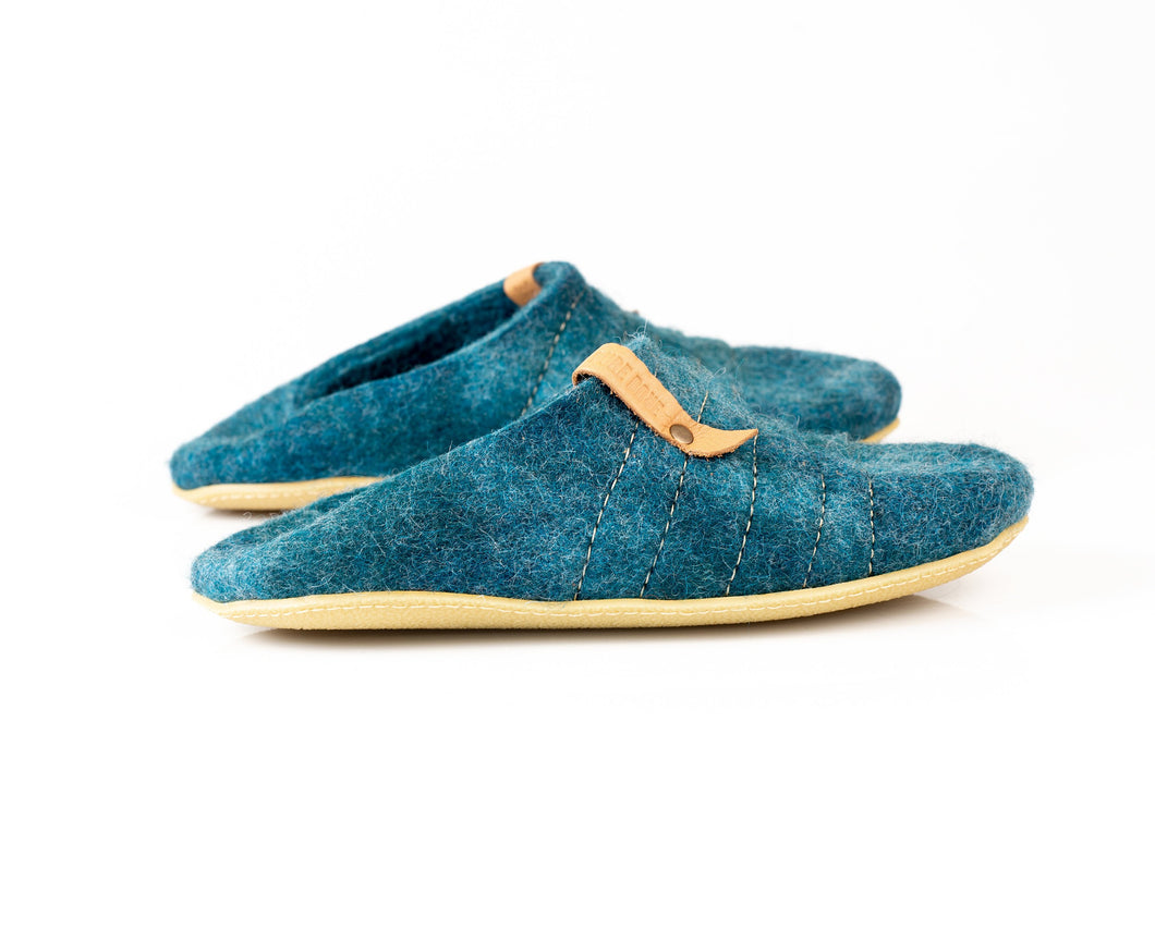Mens natural wool slippers with collapsible back and sturdy stitching