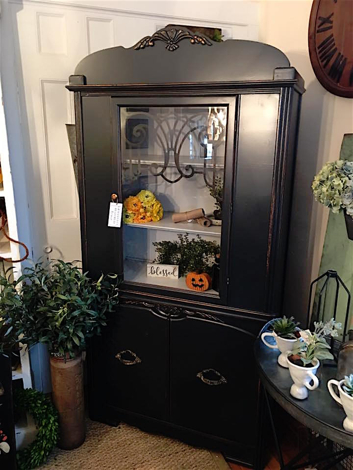 Graphite Black Hutch