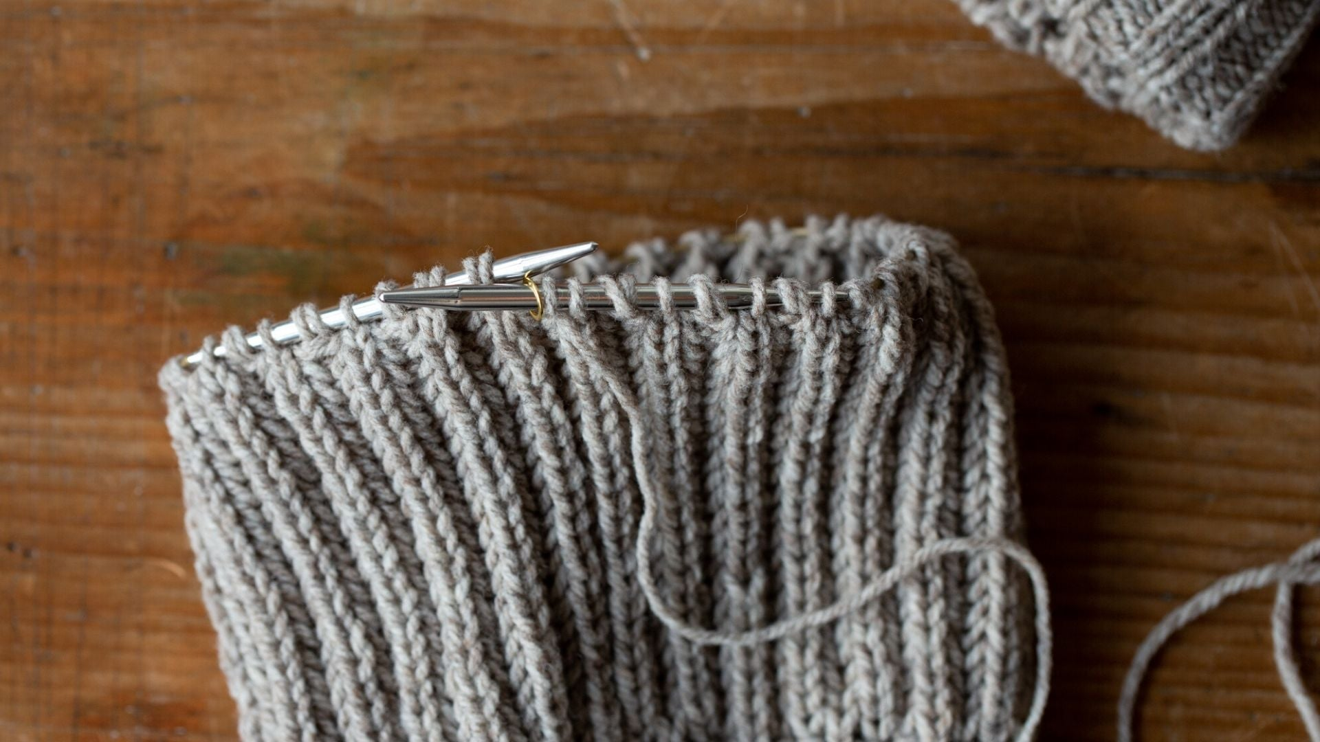 brioche stitch in the round in grey yarn