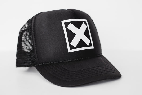 X (black) - Snapback Trucker Hat