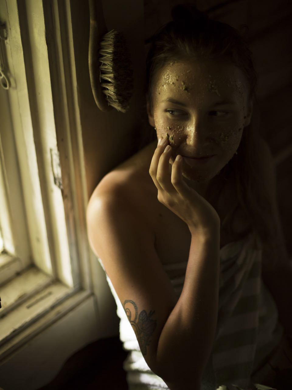 picture of a Finnish woman in a sauna with wild yarrow facial mask
