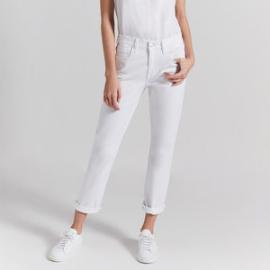 Woman wearing the fling jean in white by Current Elliot