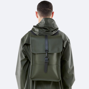 Man wearing the Backpack Mini in Green by Rains