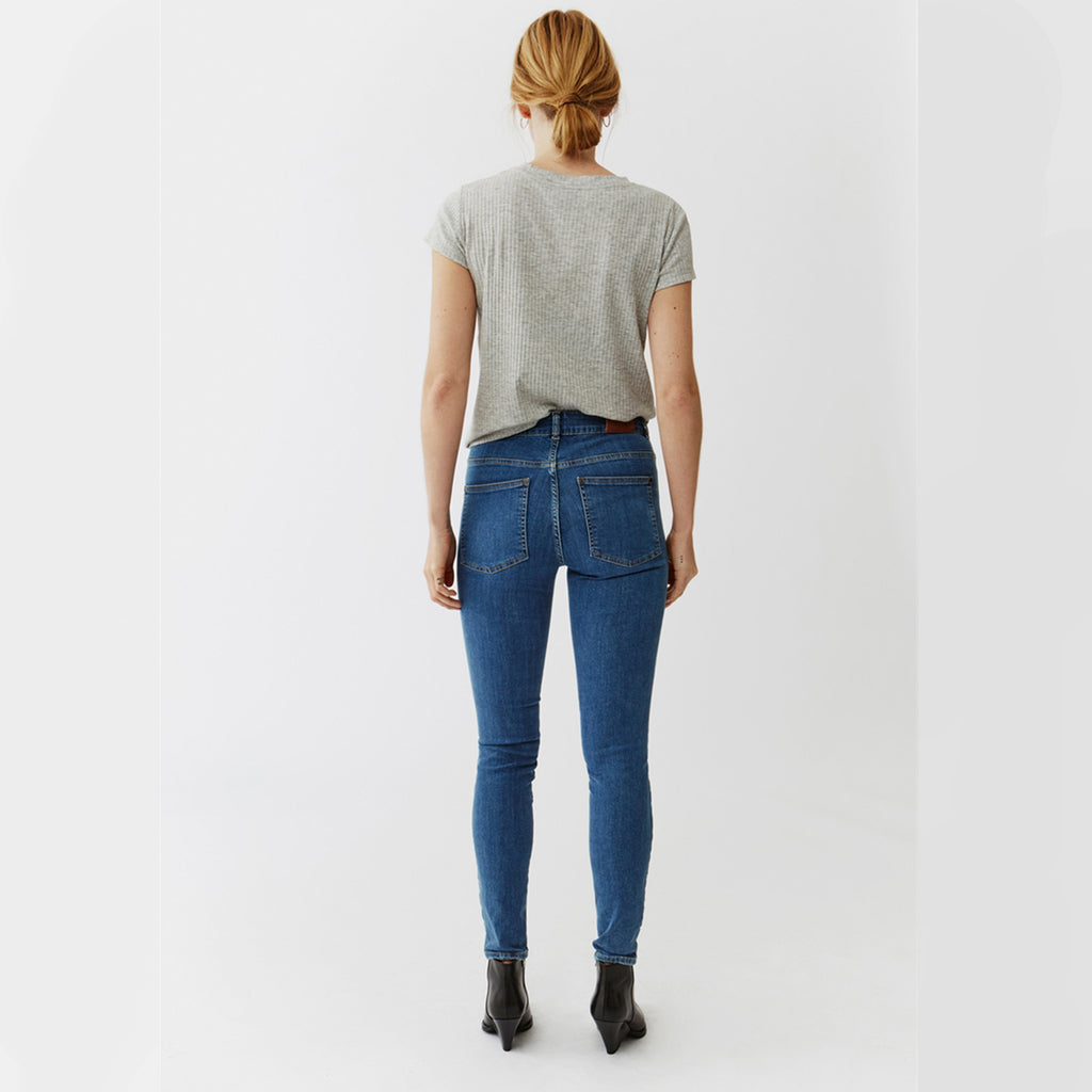 Woman wearing Twist & Tango Julie Jeans - Skinny Mid blue